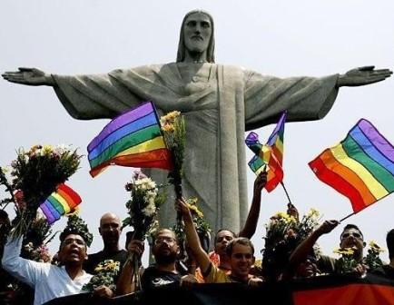 геи на фоне скульптуры Иисуса