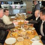 """На 1 мая Путин и Медведев расслаблялись, потягивая """"Жигулевское"""" в пивбаре на Арбате"""