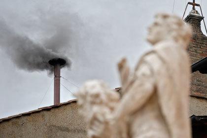 Дым из трубы над Сикстинской капеллой был черного цвета ( фото - AFP)