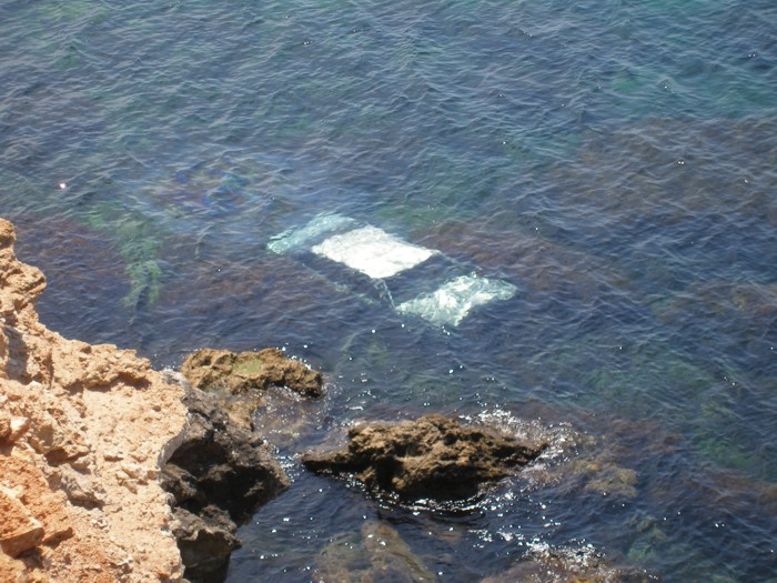 Автомобиль слетел в море