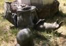 Какие-то мыслящие крымчане раскрошили кувалдой бесхозного Дзержинского (ФОТО)