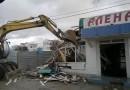 В Севастополе бульдозером снесли незаконные бары на берегу моря