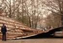 В центре Симферополя сорвало крышу. Повреждены несколько машин
