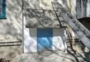 В Севастополе бетонный козырек замуровал жильцов многоэтажки