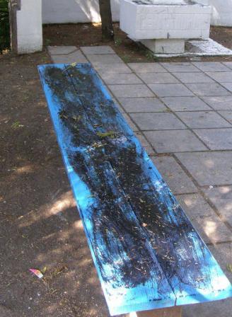 Чтобы не было шума по ночам, севастопольцы разрушают скамьи во дворах