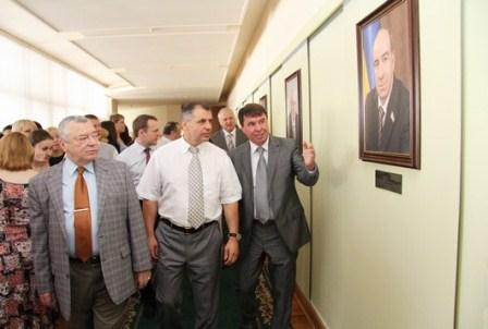 Портреты руководителей ВС Крыма