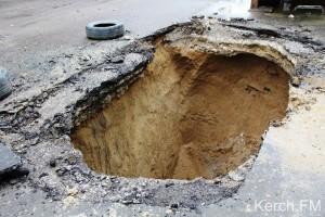В очередной раз на улице Горького в Керчи проваливается дорога