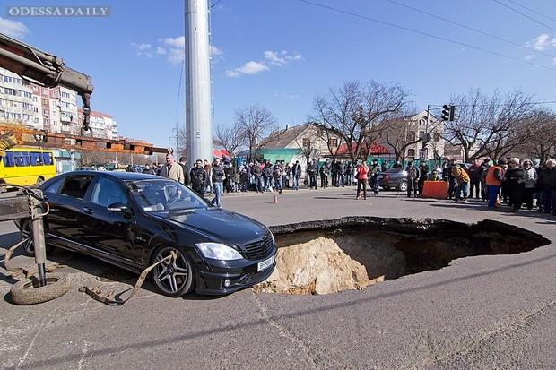 Провал на трассе в Одессе (фото - Odessa Daily)