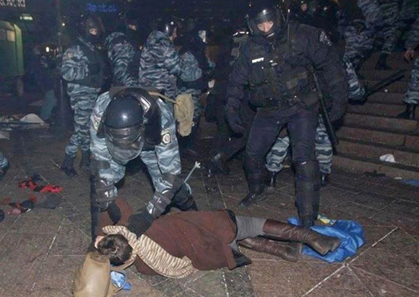 Глядя на этот снимок, выложенный в интернете, многие думали, что спецназовец пытается помочь девушке. На самом деле все было иначе