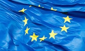 Eine Fahne der Europaeischen Union (EU) mit zwoelf gelben Sternen auf blauem Grund weht am Mittwoch (05.12.12) auf dem Bundestag in Berlin. Foto: Michael Gottschalk/dapd