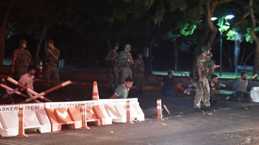 Турецкие офицеры службы безопасности задержали полицейских на обочине дороги, ведущей на Босфорский мост в Стамбуле. Фото: Bulent Kilic, AFP