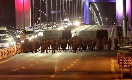 Турецкие военные блокируют мост через Босфор. Фото: Gokhan Tan/Getty Images